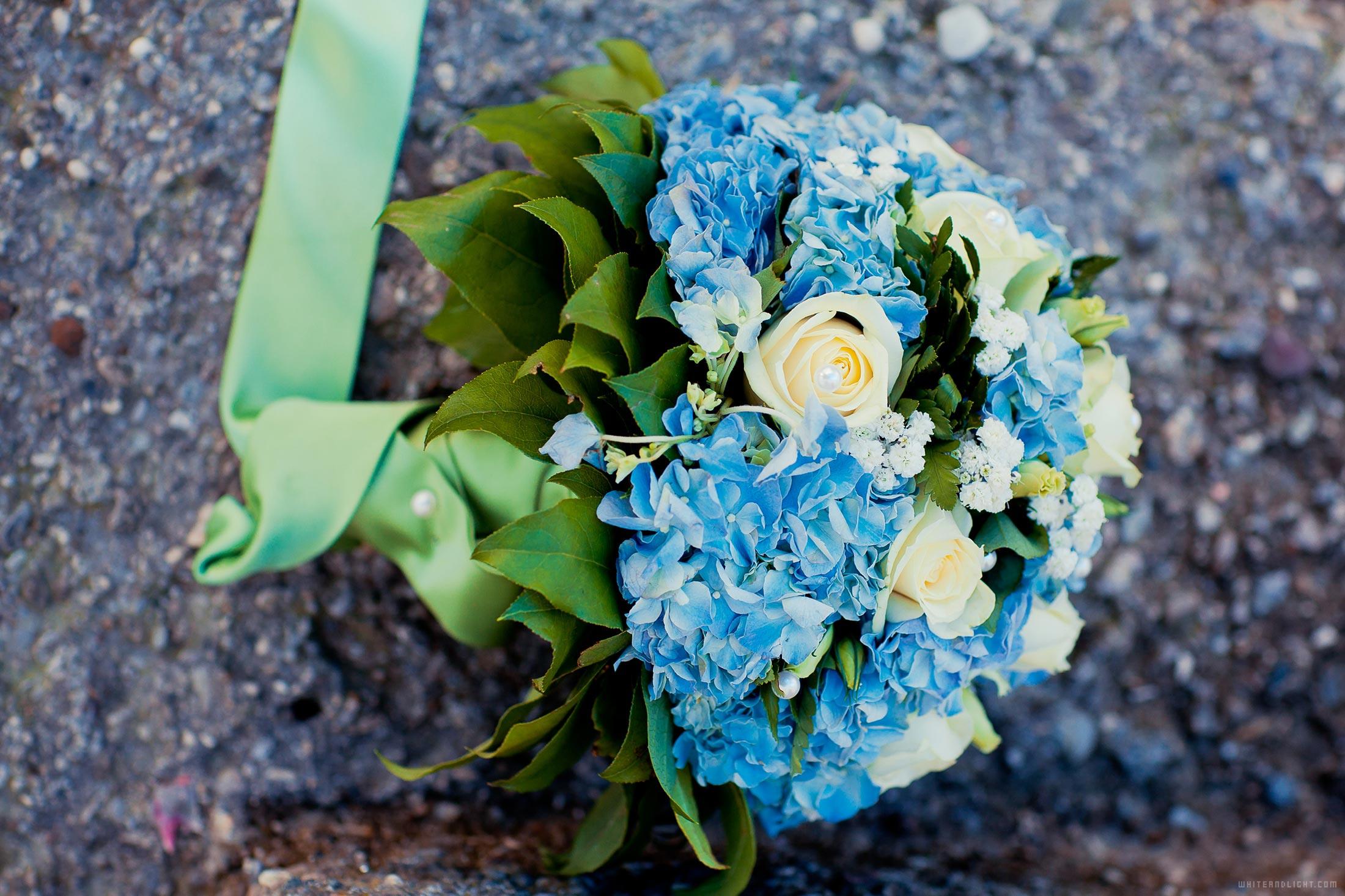 свадебный букет бело-синий